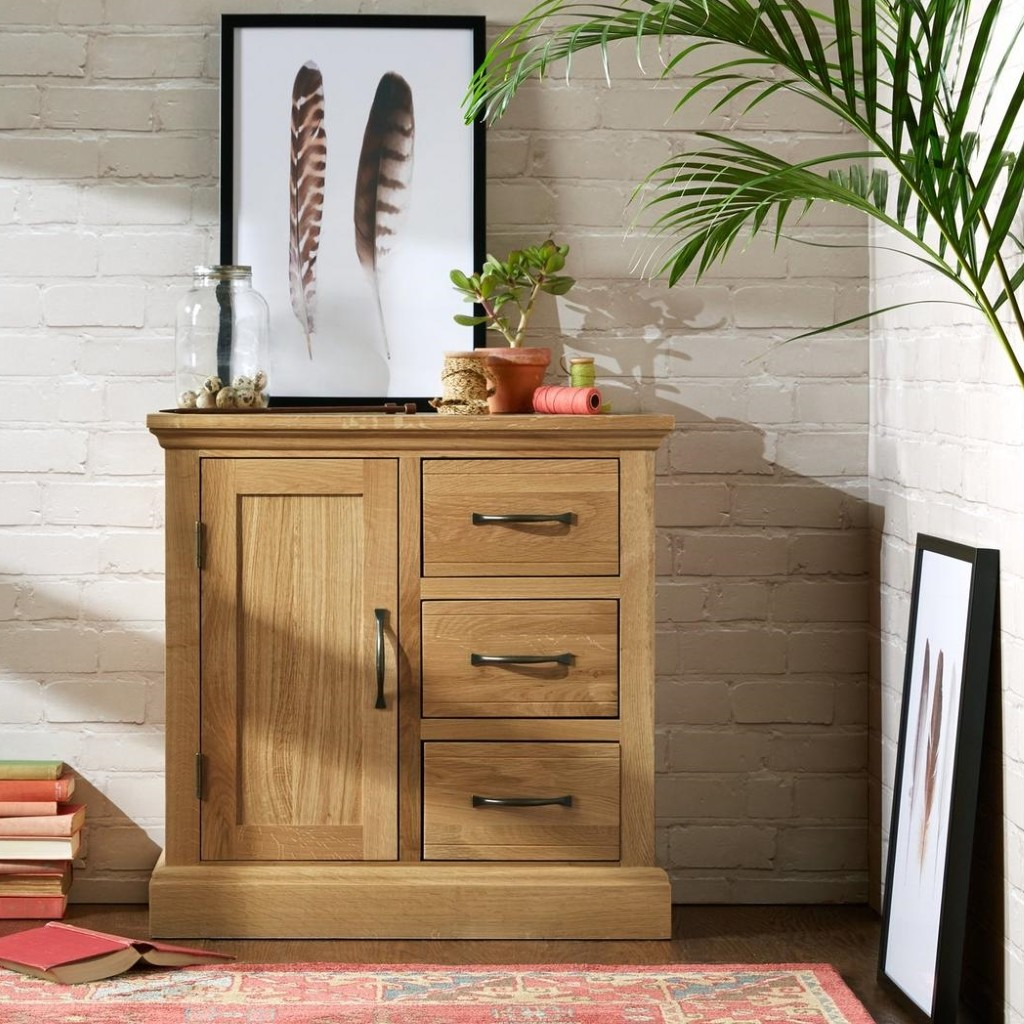 Oak sideboard with a cupboard and 3 drawers