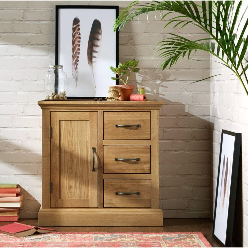 Oak sideboard with 3 drawers and a single cupboard
