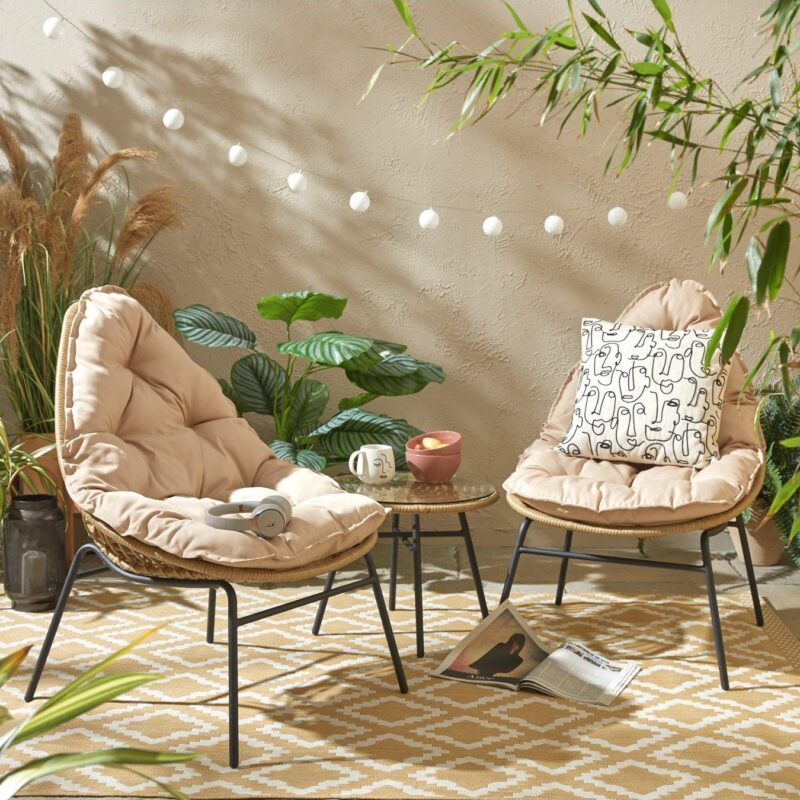 Leaf-shaped rattan chairs and round table