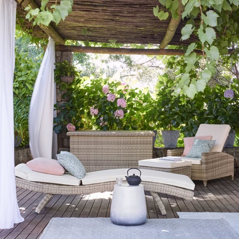 Wicker sun lounger with cushion