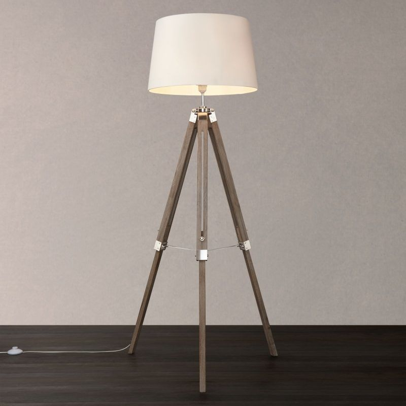Classic-style tripod lamp with tapered shade