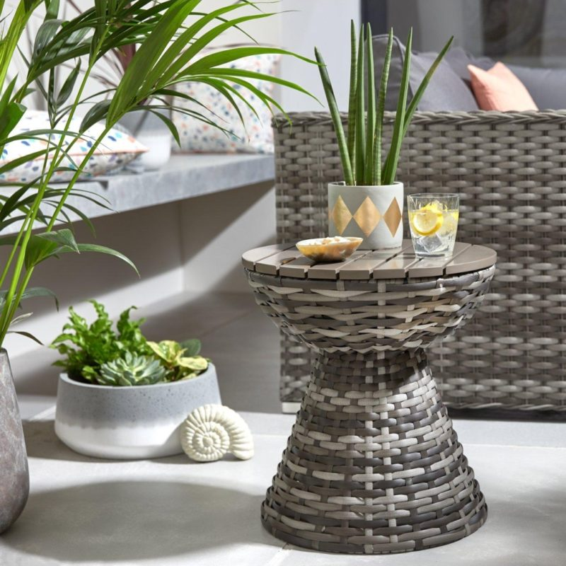 Round outdoor table with rattan frame