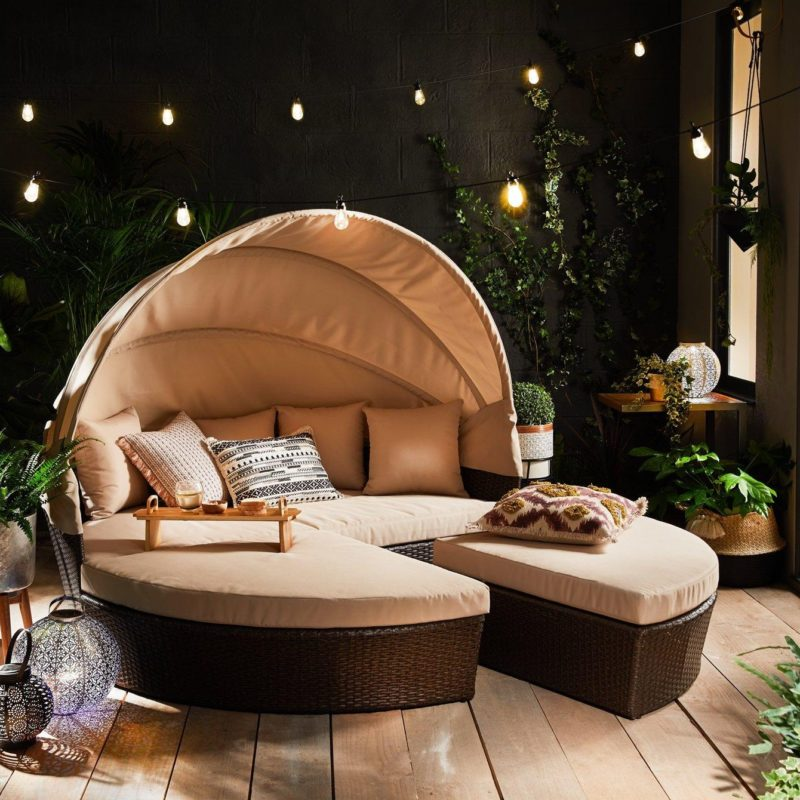 Circular outdoor daybed with canopy