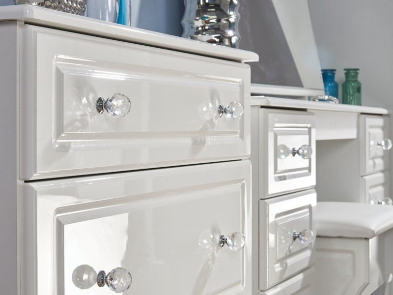 White gloss drawers with crystal handles