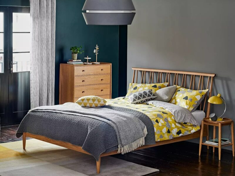 Shalstone oak bed, bedside table and drawer chest